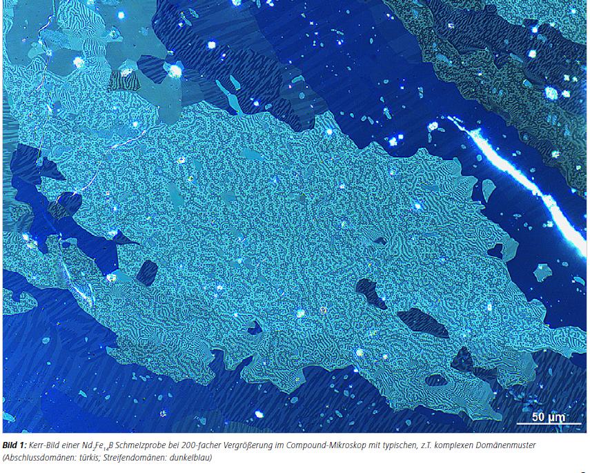Bild 1: Kerr-Bild einer Nd2Fe14B Schmelzprobe bei 200-facher Vergrößerung im Compound-Mikroskop mit typischen, z.T. komplexen Domänenmuster (Abschlussdomänen: türkis; Streifendomänen: dunkelblau)